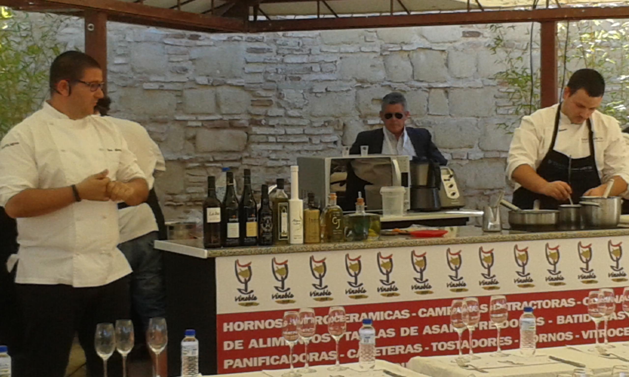 El gran cocinero Dani García mira con interés nuestro Aceite Virgen Extra Cortijo de Jara.